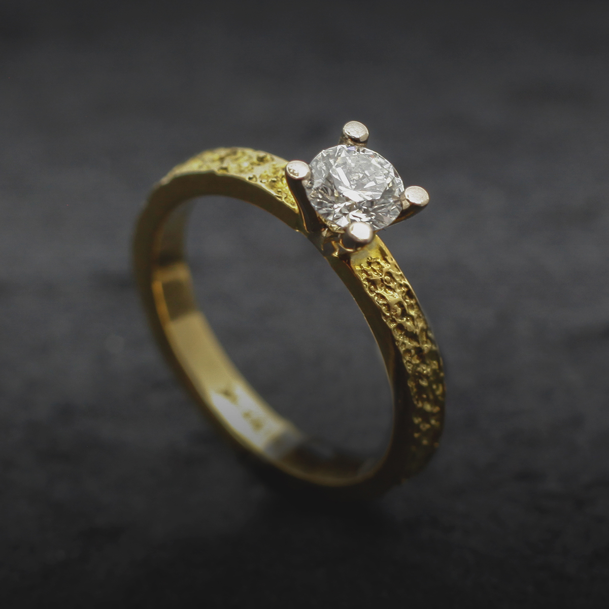 Yellow gold engagement ring with diamond 0,39ct