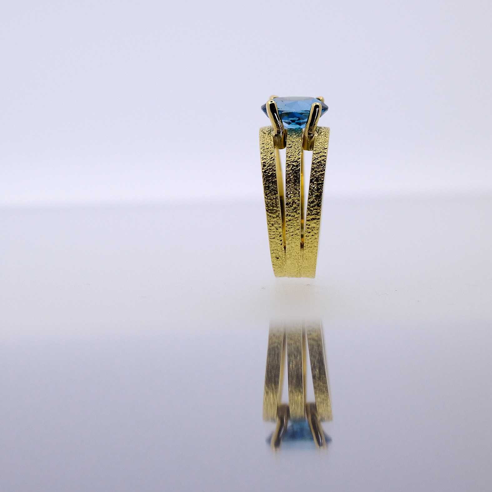 geel gouden ring met London blue topaas